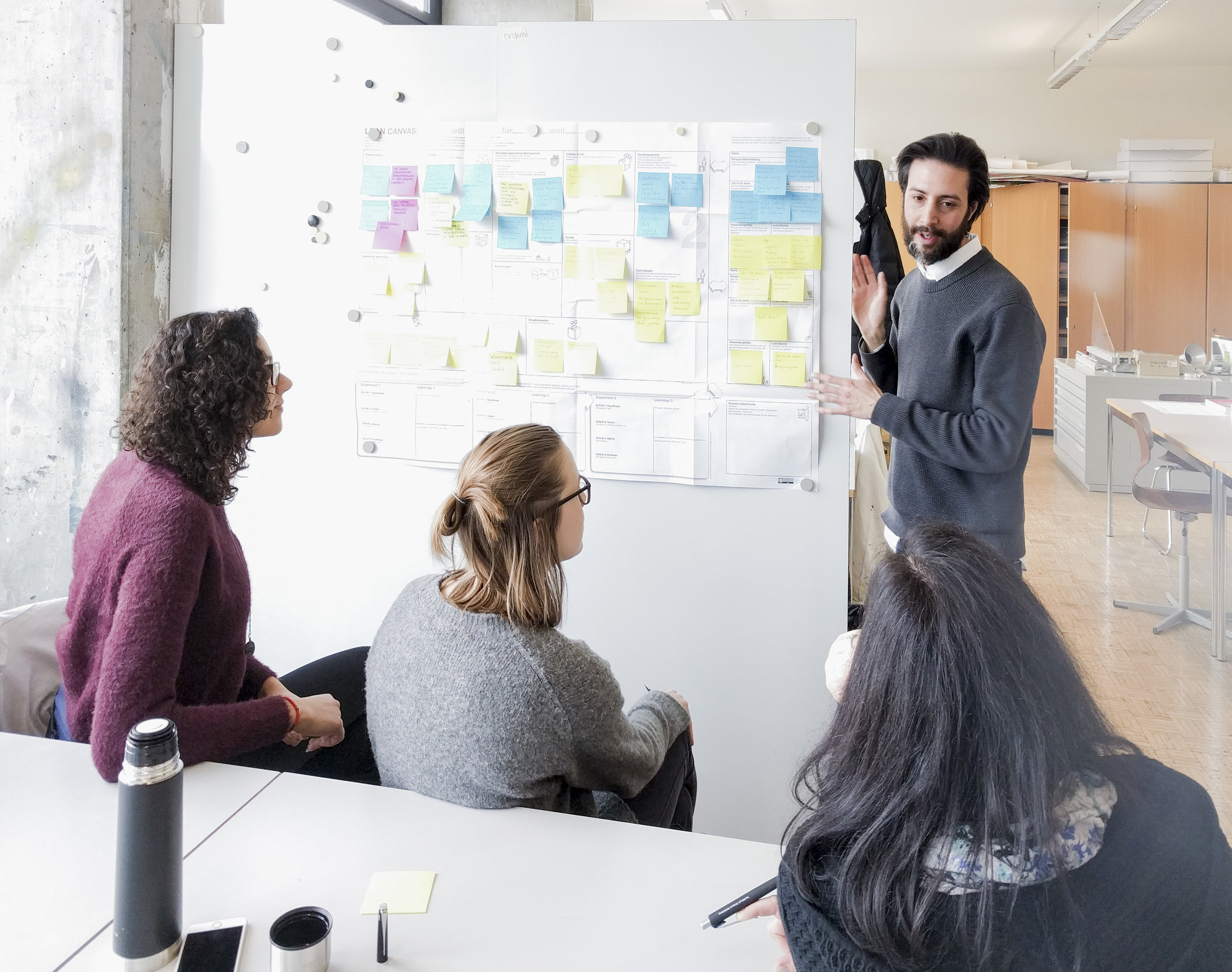 Der Mensch im Fokus. - Design hat zum Ziel die Kunden nachhaltig zu begeistern. Kunden und deren Bedürfnisse werden ins Zentrum aller Überlegungen gerückt – man nimmt quasi die Rolle des «Kundenanwalts» ein. Gelingt es die Kunden- oder eben die «Design»-Perspektive in der gesamten Organisation einzunehmen, stärkt «Design» die Wettbewerbsfähigkeit, die Innovationskraft, wie auch die Kundenloyalität, indem kunden- und marktrelevante Angebote entwickelt werden.