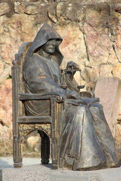 """Мхитара Гоша, обычно изображают с весами в руках, неслучайно: он автор """"Судебника"""", который юристы с интерсеом изучают по сей день. Современная скульптура в монастырском комплексе Гор-Гетик (Гошаванк)."""