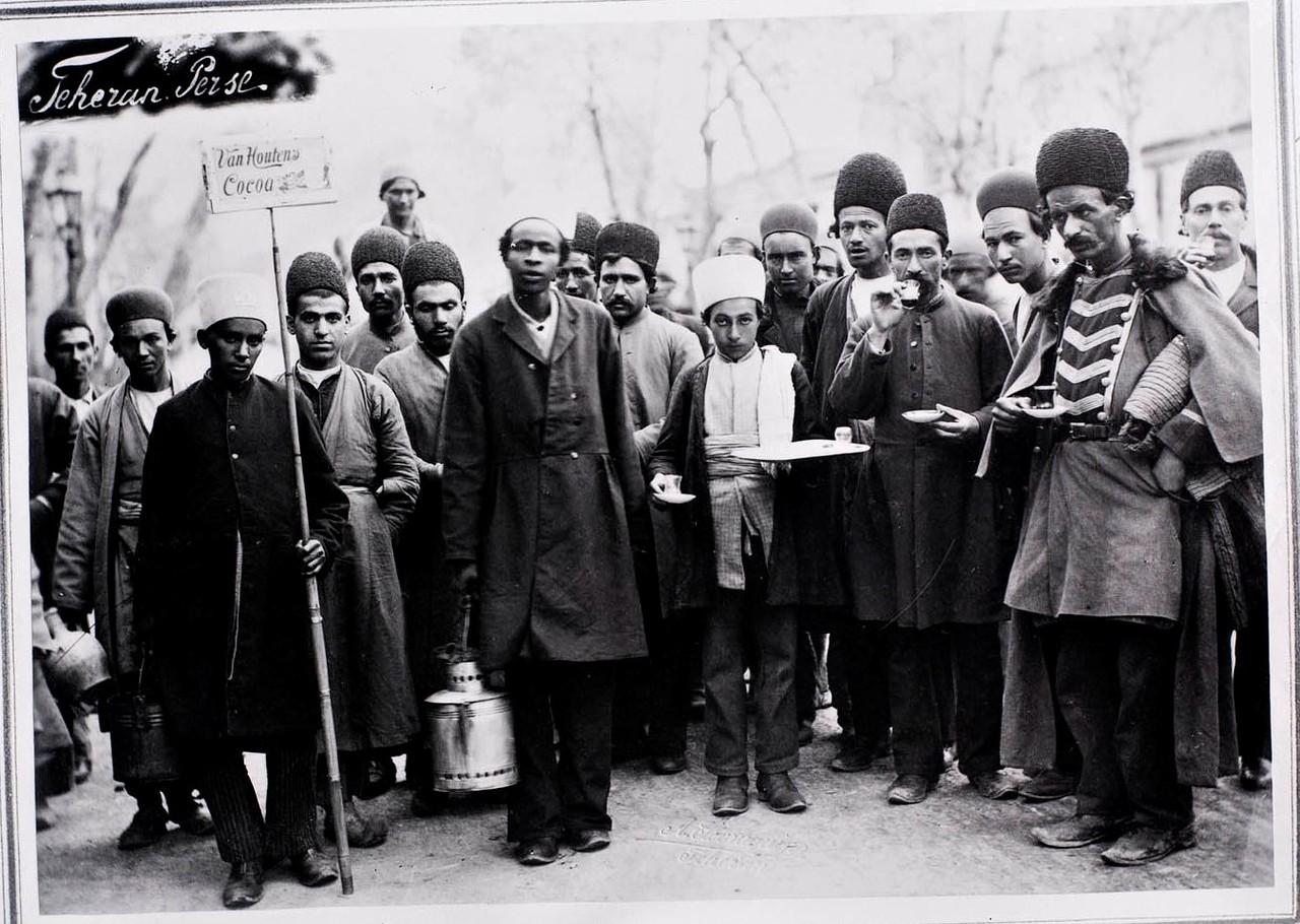 Персидские продавцы шоколада с рекламным плакатом какао ван Хаутена.jpg