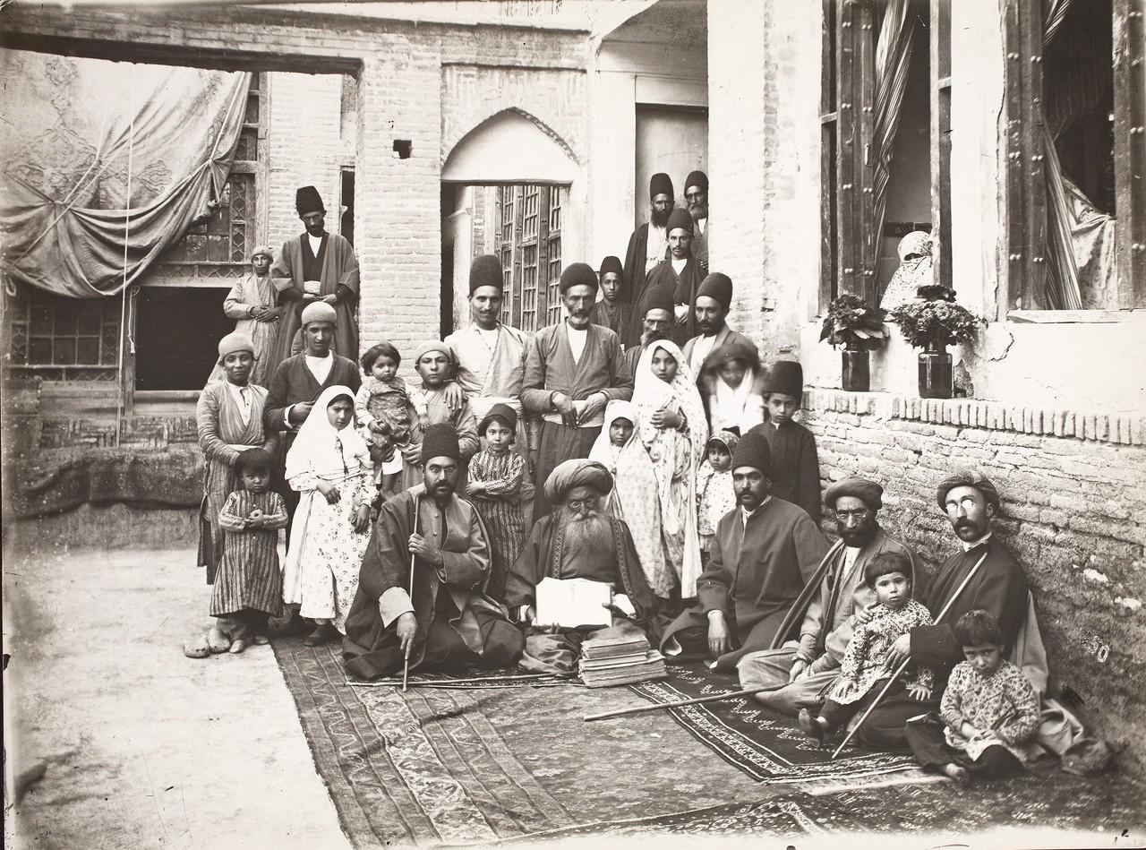 Хаким Нур Махмуд с семьей, коллегами и пациентами.jpg