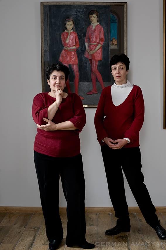 Дочери художника Саркиса Мурадяна на фоне картины, на которой отец запечатлел их подростками.