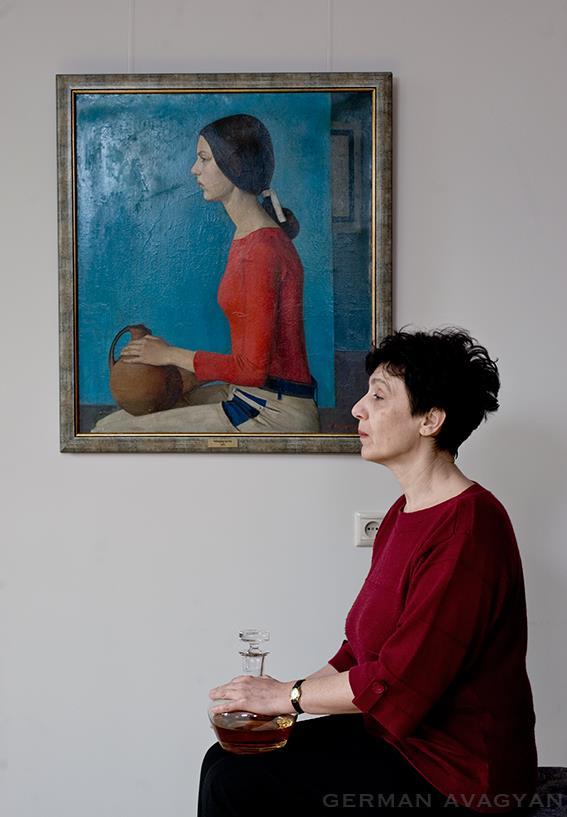 Гоар Мурадян на фоне своего портрета
