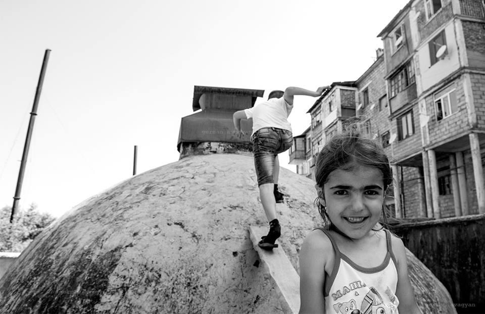 Шуши дети играют на крыше башни.jpg