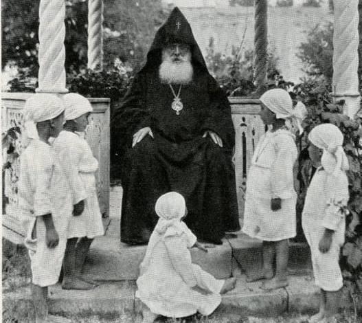Католикос Геворг V Суренянц с армянскими сиротами, пережившими Геноцид