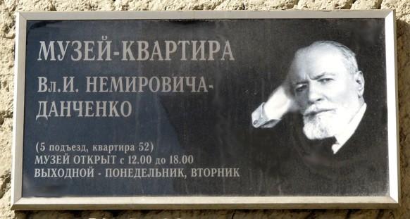 Мемориальная квартира Владимира Ивановича находится неподалеку от места службы - вГлинищевском переулке, 5/7, кв. 52, 3 этаж, подъезд 5, домофон 52