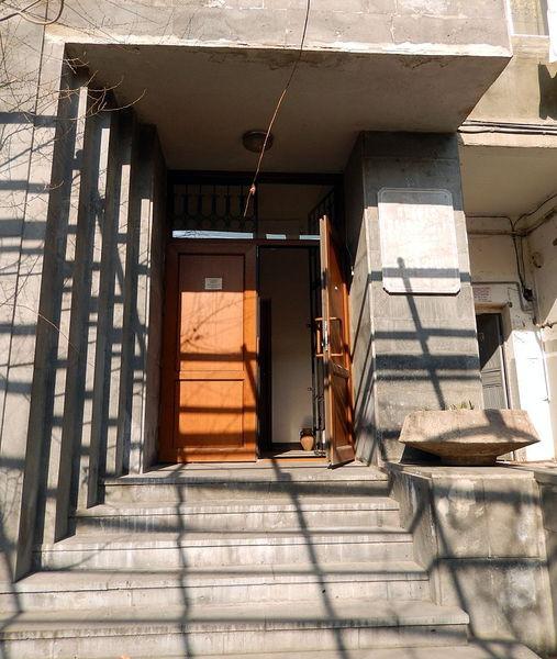 Мастерская-музей Джотто в Ереване на проспекте Маштоца (вход со двора)