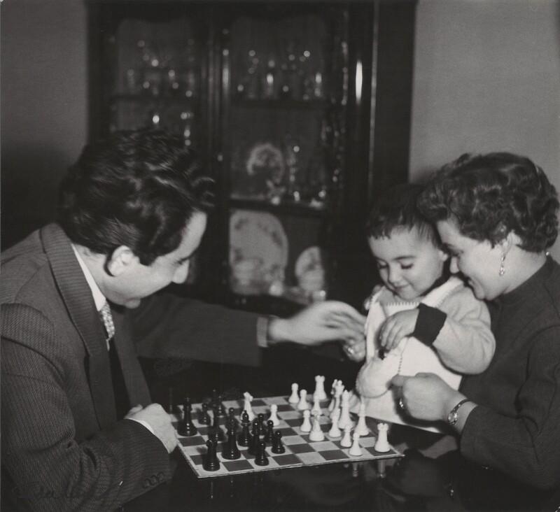 Тигран Петросян с женой и сыном.jpg