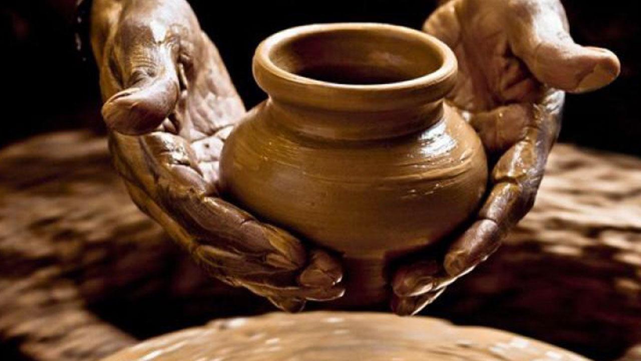 Гончарное дело - Древнейшие гончарные изделия, обнаруженные на территории Армении, относятся в VI тыс. до н.э. (эпоха «гончарного неолита»), когда уже был известен обжиг и грубый орнамент. С первой половины III тыс. до н.э. появляется цветная керамика, с середины бронзового века — чернолощеная. Керамика, изготовленная на гончарном круге, встречается с середины II тыс. до н.э.