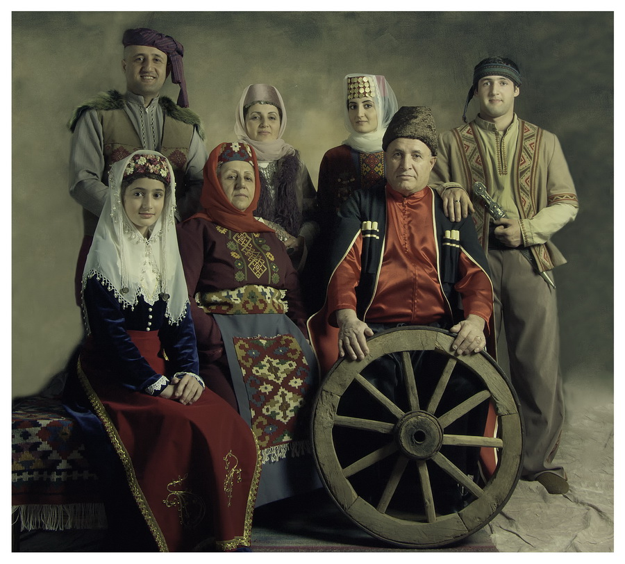 Современная семья в национальном костюме, Marashlyan Photo, Ереван