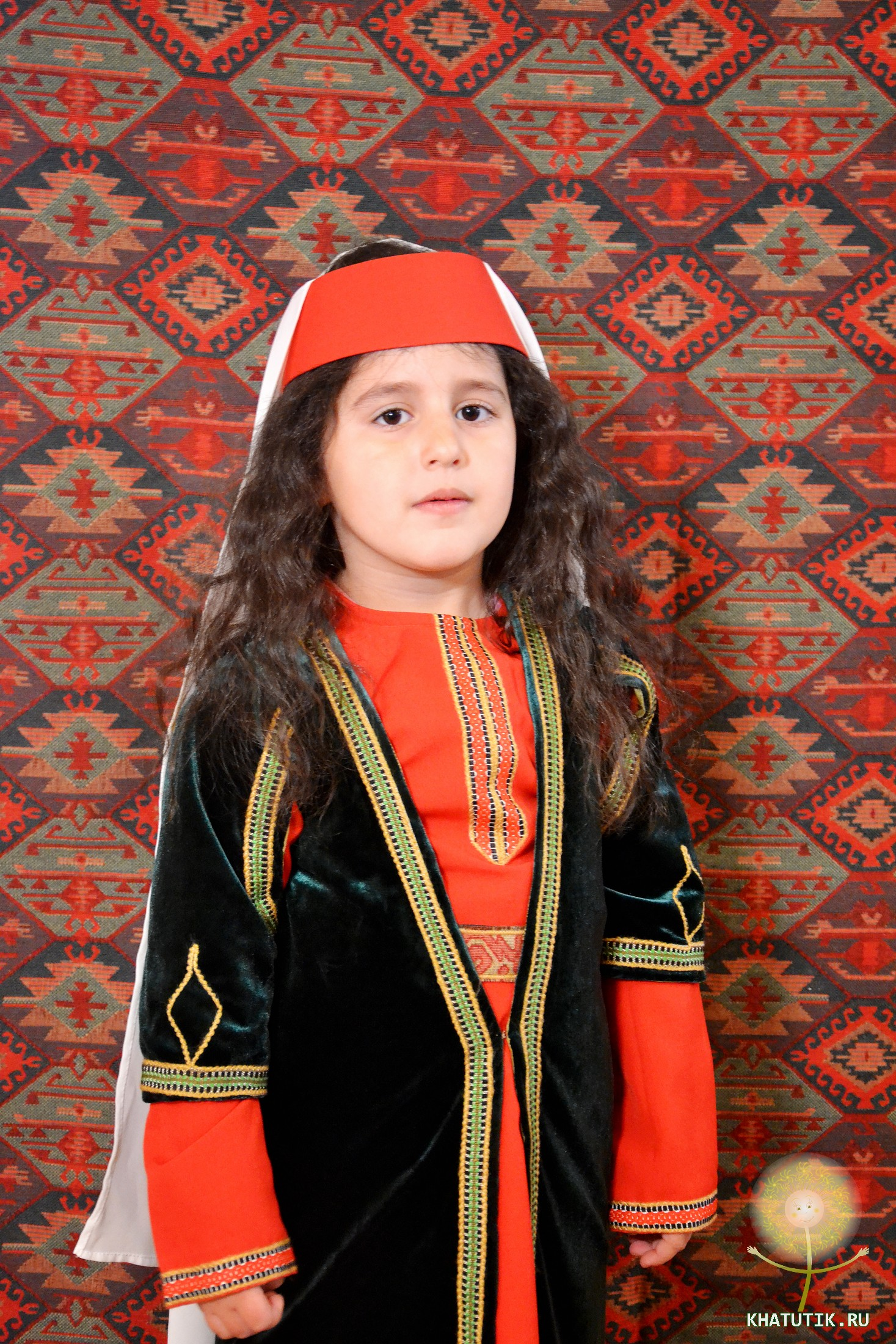 Армянская девочка в национальном костюме.Фото khatutik.ru