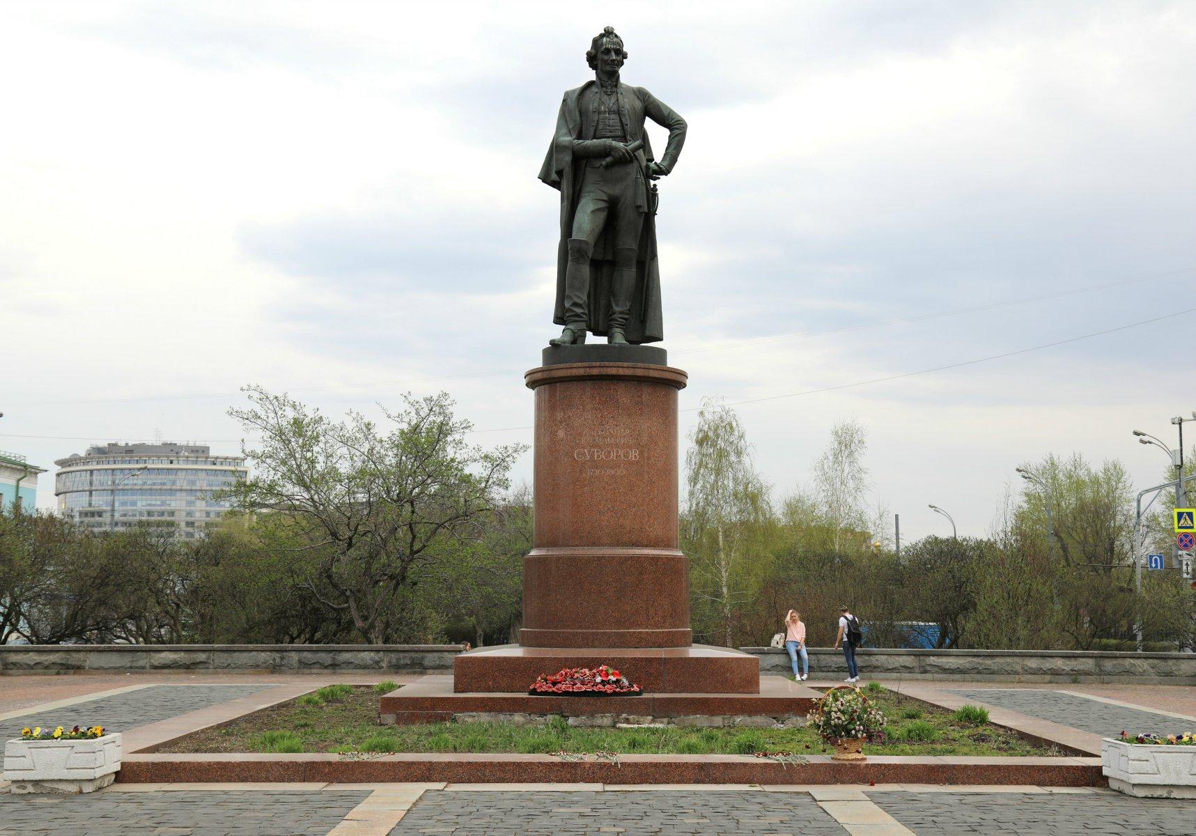 Памятник А.В. Суворову. Фото i4.photo.2gis.com
