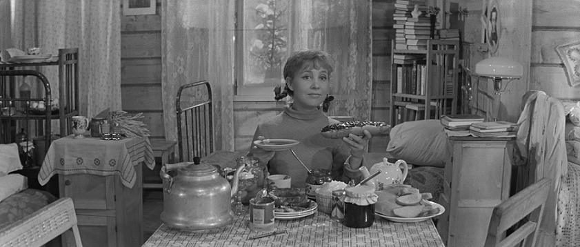 «Знаешь, мам Вер, я вообще решила замуж не выходить! Одной спокойнее, правда? Хочу — халву ем, хочу — пряники»|nicefotos.ru