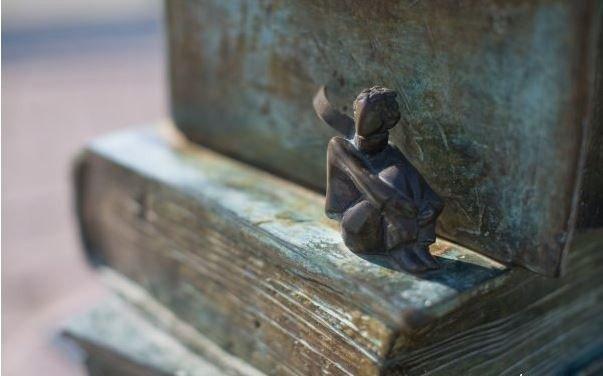 Фото:  liveinternet.ru    — Прощай, — сказал Лис. — Вот мой секрет, он очень прост: зорко одно лишь сердце. Самого главного глазами не увидишь.    — Самого главного глазами не увидишь, — повторил Маленький принц, чтобы лучше запомнить.    — Твоя роза так дорога тебе потому, что ты отдавал ей всю душу.    — Потому что я отдавал ей всю душу… — повторил Маленький принц, чтобы лучше запомнить.