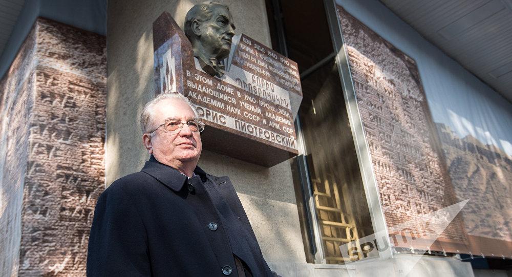 Михаил Пиотровский в Ереване на открытии мемориальной доски в честь своего отца ©Sputnik / Asatur Yesayants   armeniasputnik.am