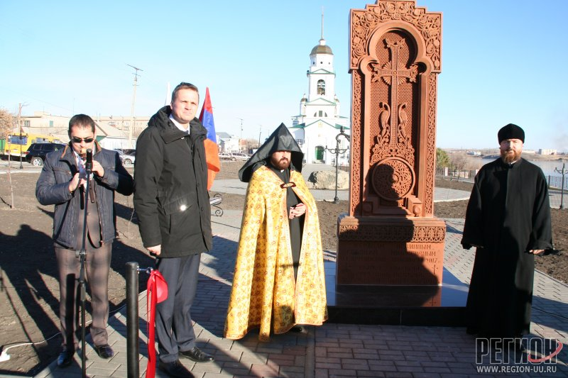 Открытие хачкара в Троицке ©Олег Сойнов | region-uu.ru