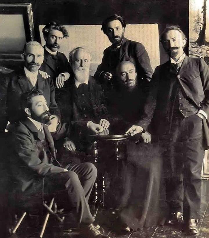 Слева направо: Аветик Исаакян (сидит), Ованес Туманян, Геворк Башинджагян, Газарос Агаян, Вартанес Папазян, Комитас, Аршак Чобанян | ok.ru