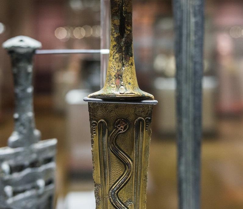 Оружейное дело - Оружейное дело — одна из древнейших отраслей традиционных ремесел у армян. Раньше остальных отделившись от кузнечества, оно изначально было своеобразным, сугубо городским ремеслом, а со временем приобрело особый почерк и в Средневековье разделилось на узкоспециализированные подгруппы.