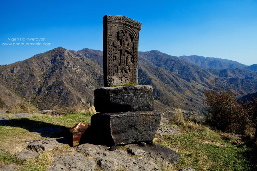 Хачкар - Хачкар — свидетельство и результат самобытного развития армянской культуры, самый характерный символ армянской идентичности. Благодаря своей необычной резной композиции, спасительной символике креста, иллюзии вечности, навеянной прочностью камня, хачкар стал одной из наиболее почитаемых святынь, а благодаря открытому расположению и многочисленности — наиболее доступной святыней для верующего армянина.