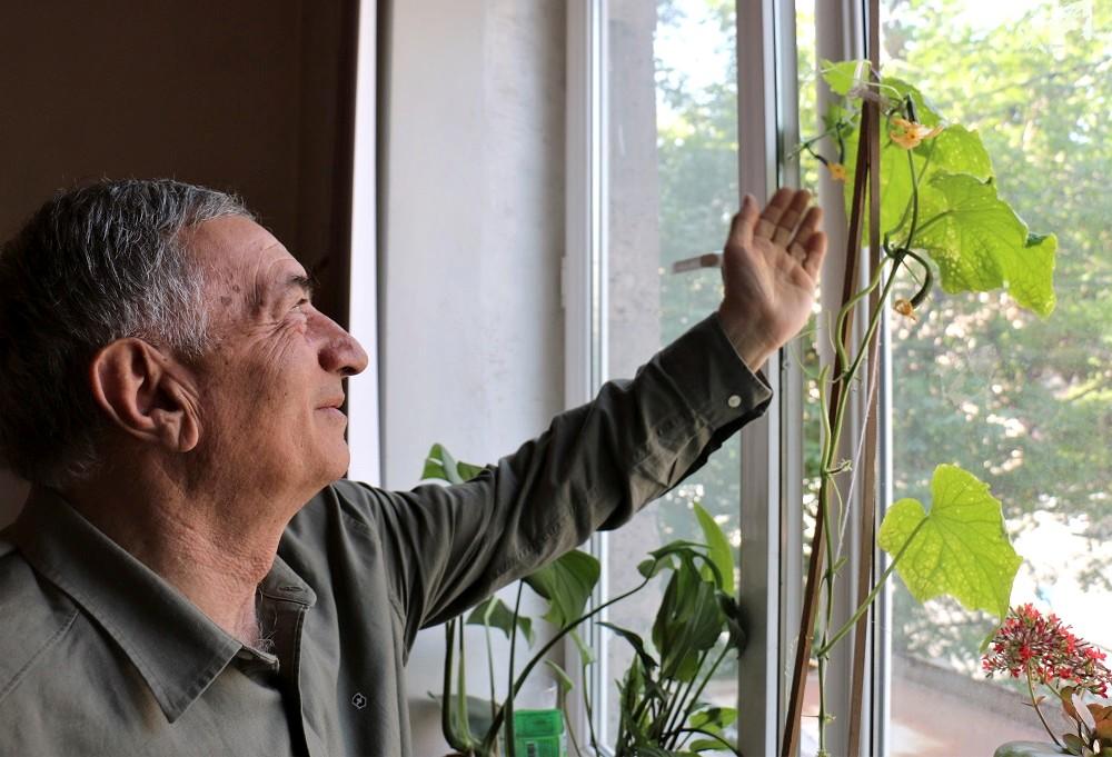 Командос показывает огурцы, которые растут на подоконнике его кабинета ©Евгения Филатова