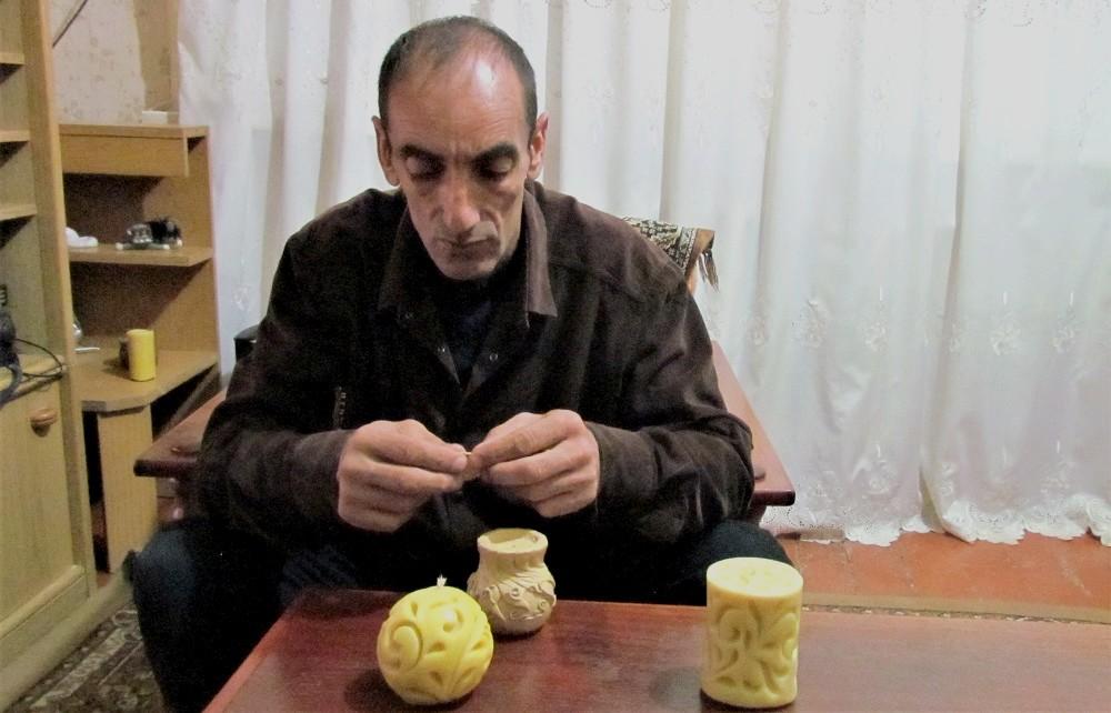 Арам делает форму-вазочку из пчелиного воска под порцию ослиного сыра ©Евгения Филатова