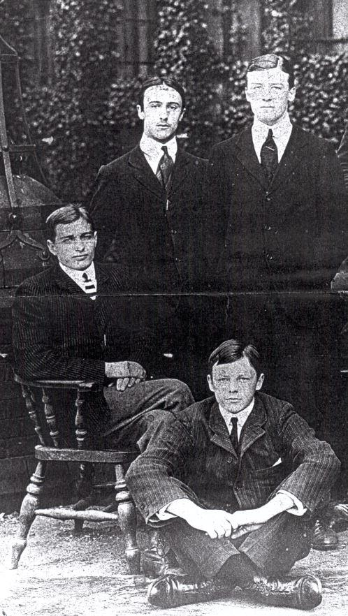 Бэзил Оваким (стоит слева) с членами своей команды по регби (1909) | armenianweekly.com
