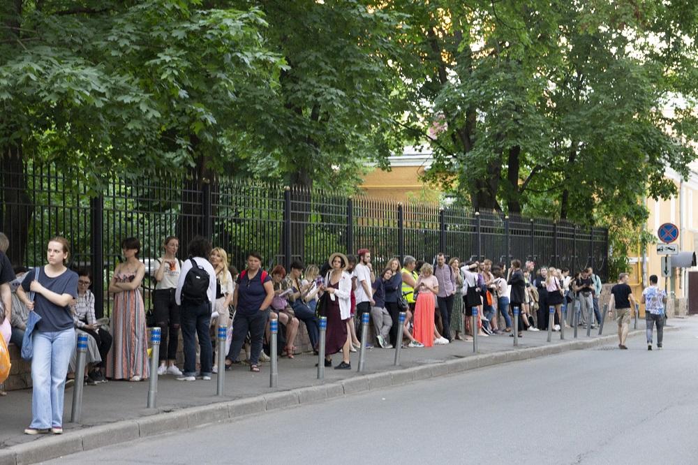 Очередь для участия в одиночном пикете у здания Следственного комитета в Москве ©Екатерина Бушуева