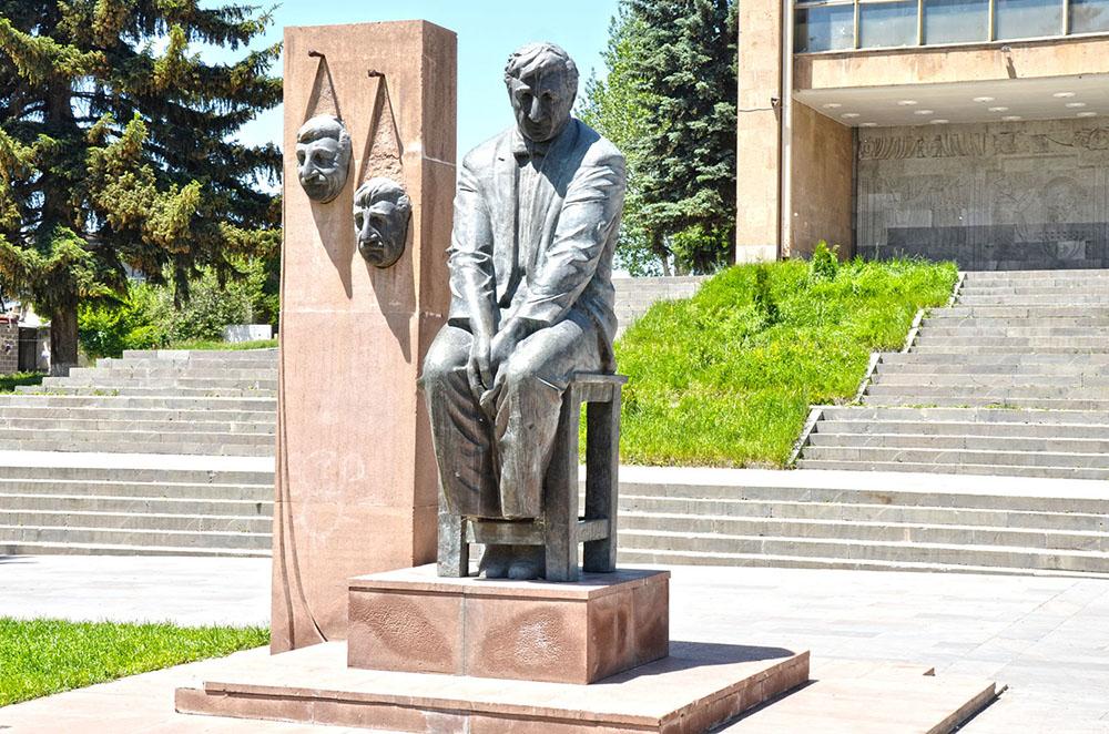 Памятник Фрунзику Мкртчяну напротив Гюмрийского государственного драматического театра имени Вардана Аджемяна ǁ
