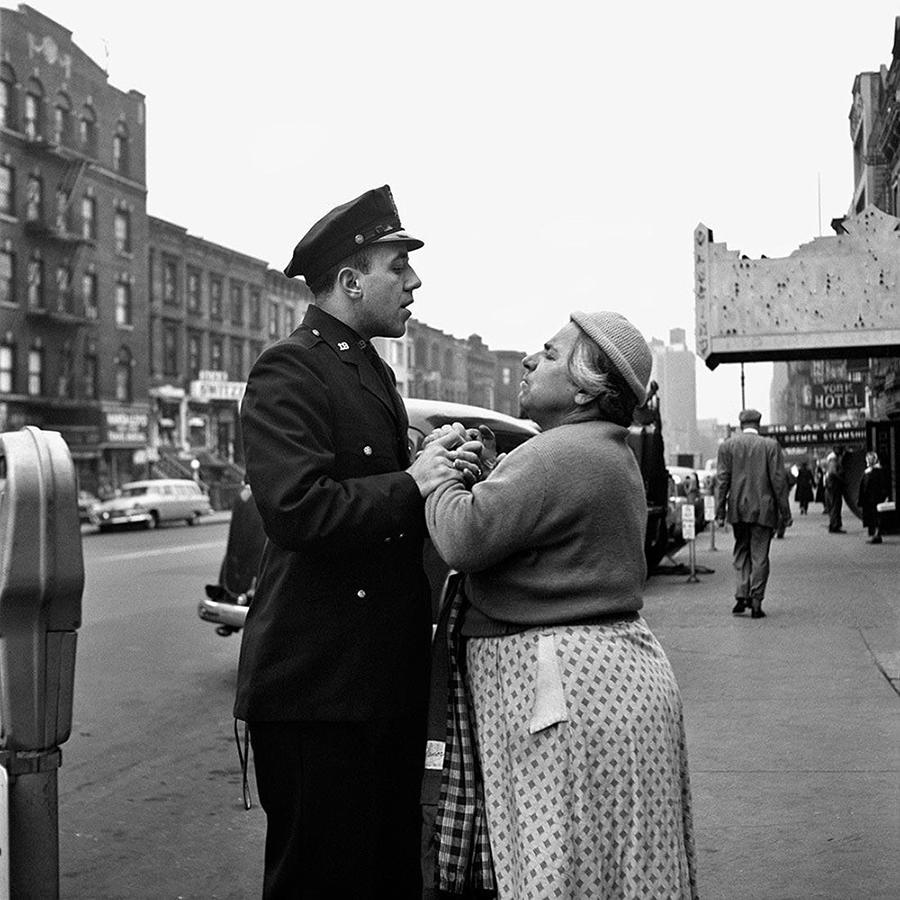 В сентябре 1956 года на одной из нью-йоркских улиц фотограф Вивиан Майер запечатлела армянку, о чем-то спорящую с полицейским ǁ  vivianmaier.com