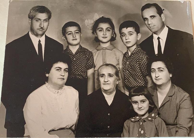 Бабушка Шушаник с семьями дочерей Седы и Аси. Из личного архива Армине Петросян