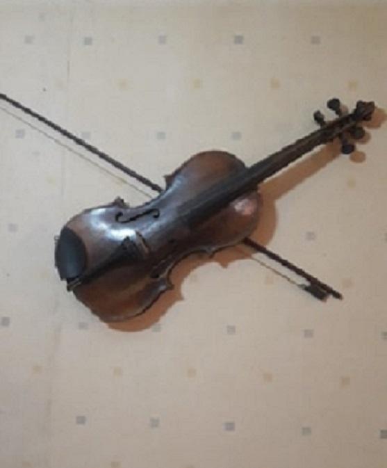 «Та самая первая и последняя скрипка моего дедушки, на которой играл иногда и сам Тигранян», — рассказывает Армен Мноян
