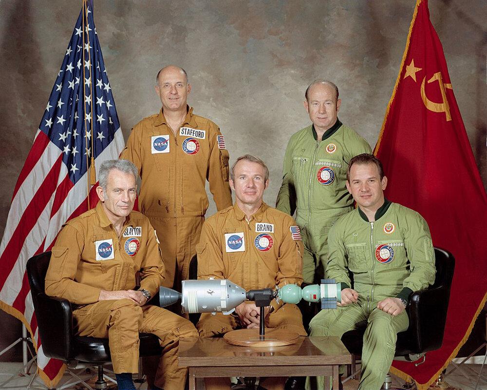 Члены экипажа «Союз-19» (СССР) и Apollo 18 (США). Слева направо — Слейтон, Стаффорд, Бранд, Леонов, Кубасов ǁ wikipedia.org