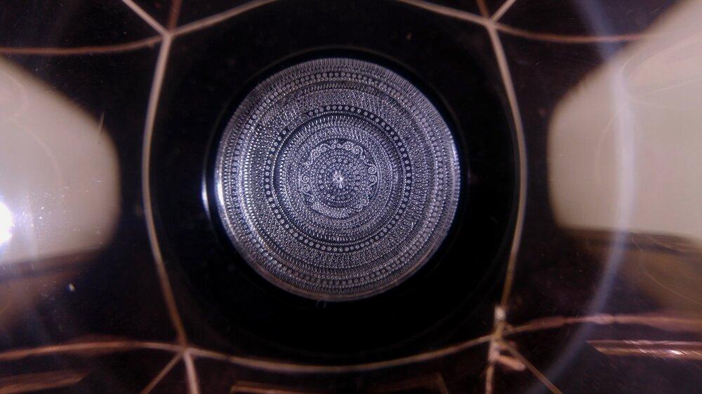 Микроорнамент на осколке хрусталя диаметром в 13 мм. Автор микроминиатюры – Эдуард Тер-Казарян. Фото из архива Эдуарда Тер-Казаряна-младшего