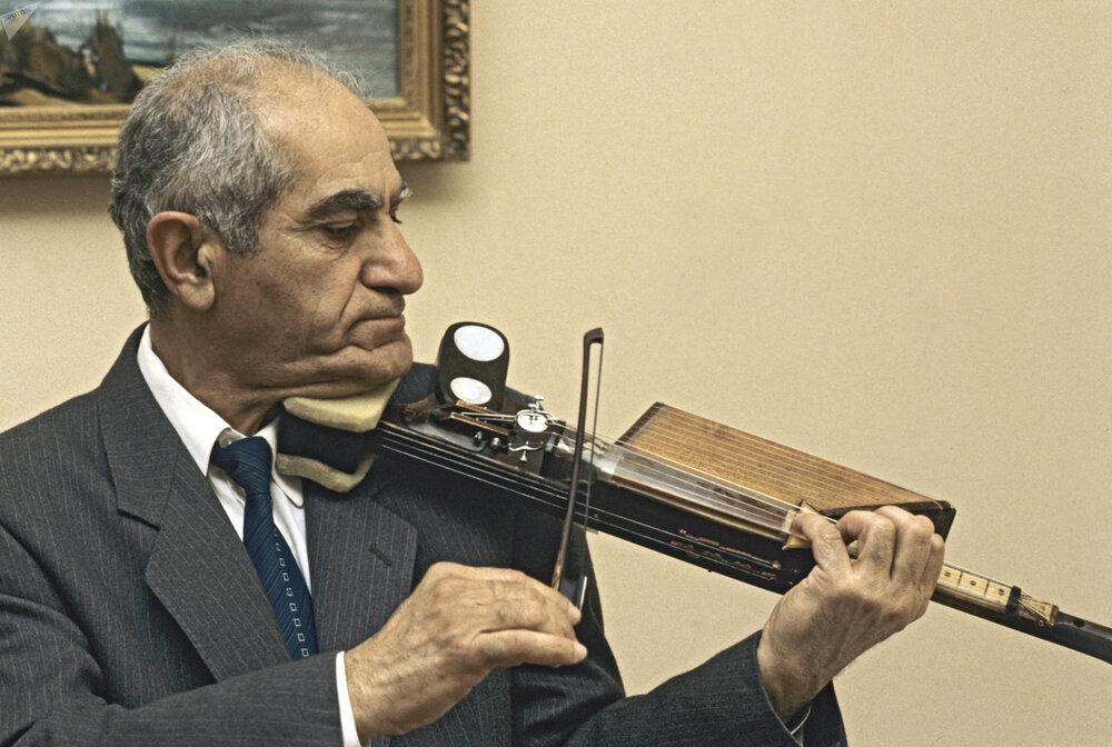 Великий мастер микроминиатюры Эдуард Тер-Казарян-старший. Фото: armeniasputnik.am