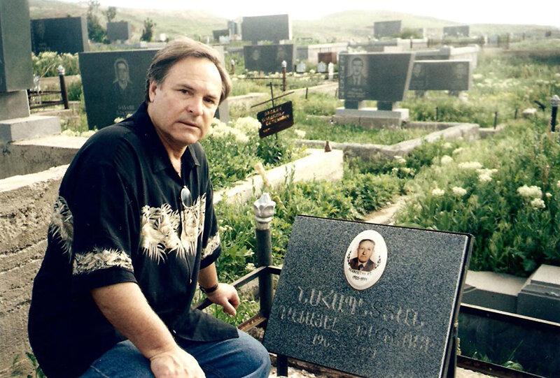 Родион Нахапетов на могиле отца. Фото: rodionnahapetov.com