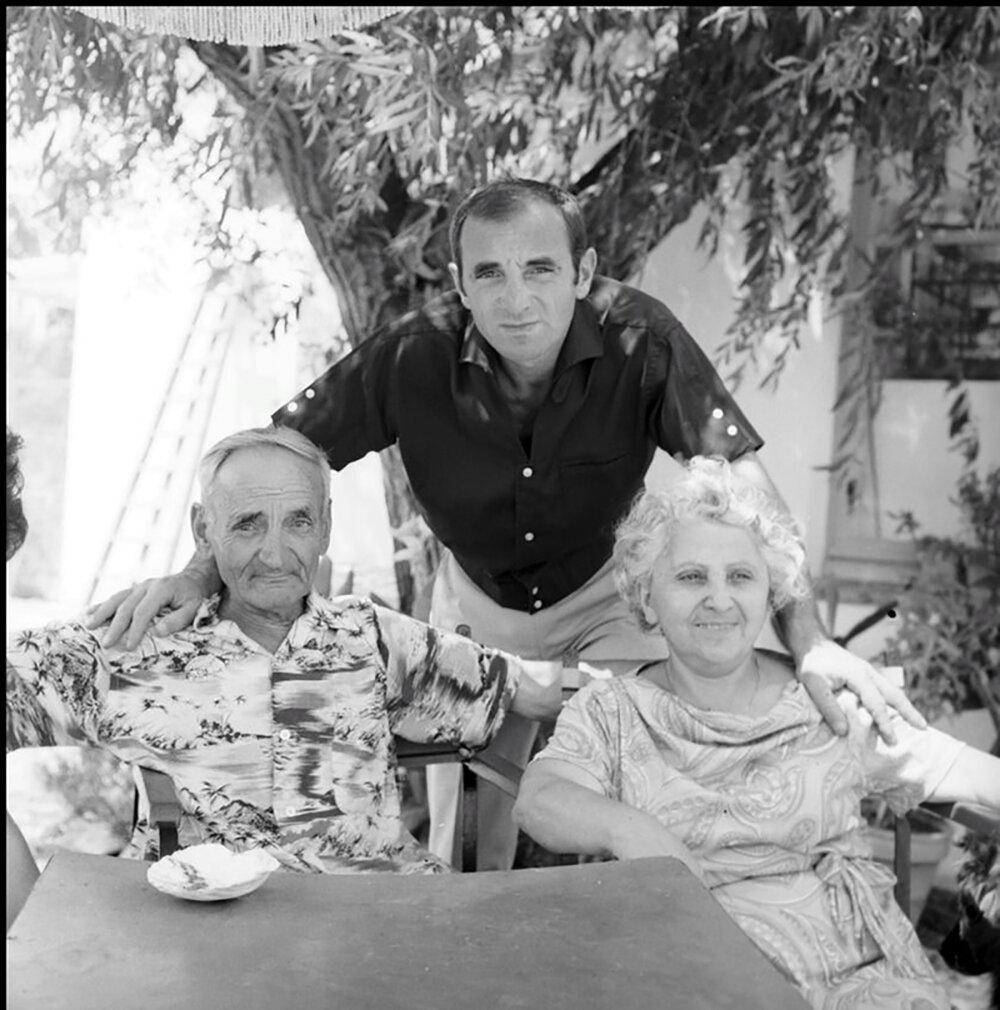 Шарль Азнавур с родителями Мамиконом (Мишей) Азнавуряном и Кнар Багдасарян, 1964 ǁ franceculture.fr