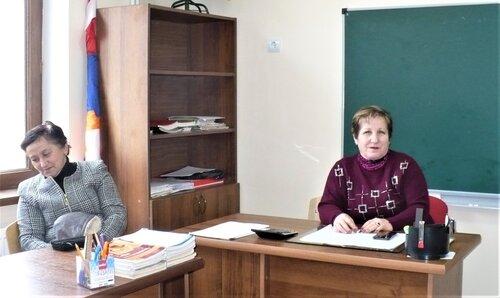 На фото: справа — директор талишской школы Таня Межунц. © Евгения Филатова