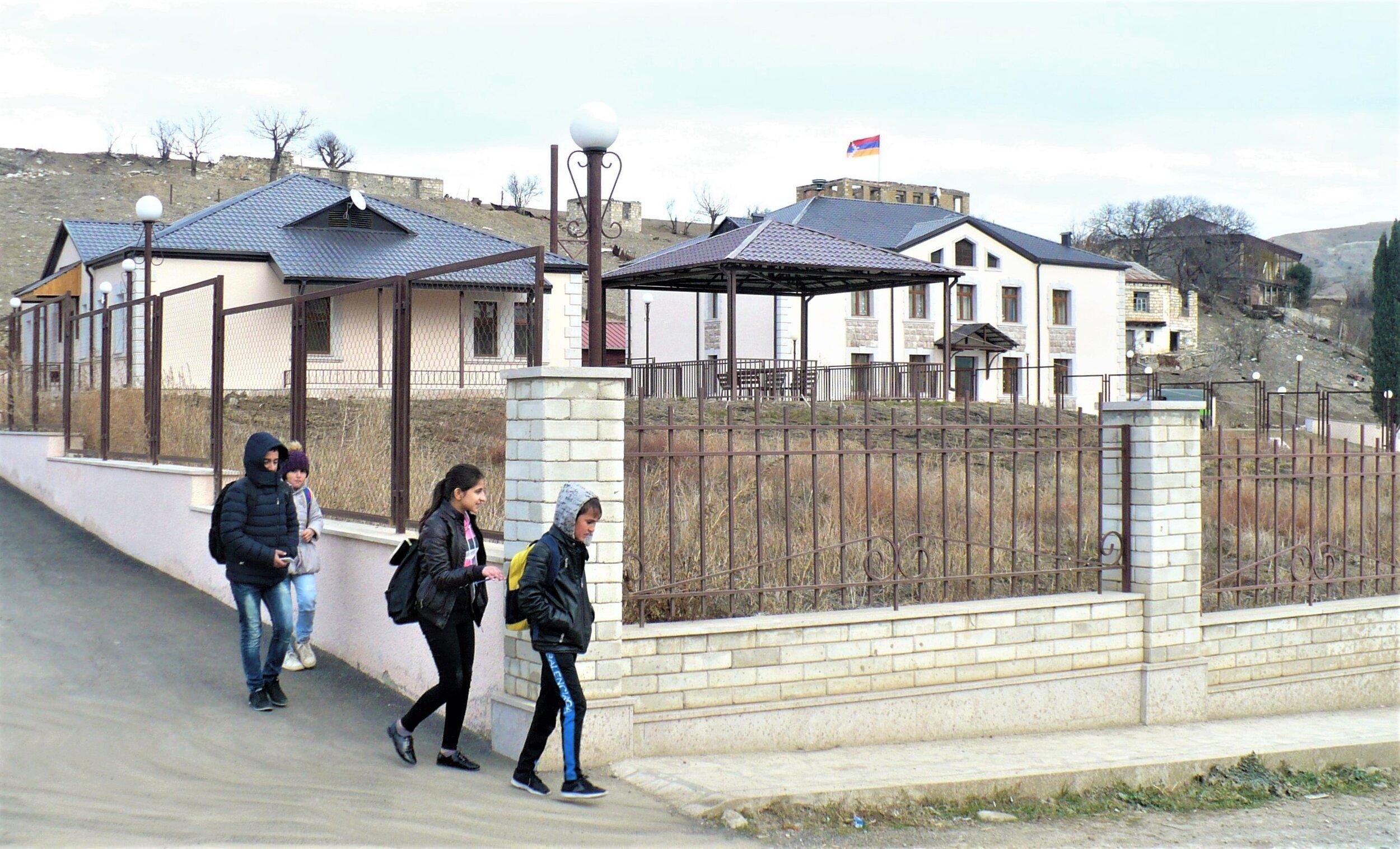 Талишские школьники возвращаются домой после уроков.jpg