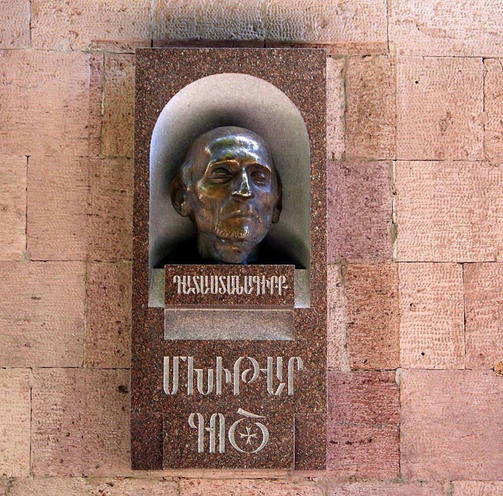 Бюст Мхитара Гоша в Ереване. Фото: wikimedia.org