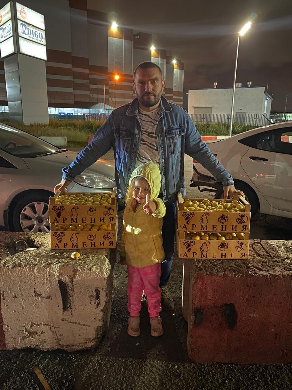 «Бухта». Давид Тоноян с дочерью и абрикосами. Фото: Facebook
