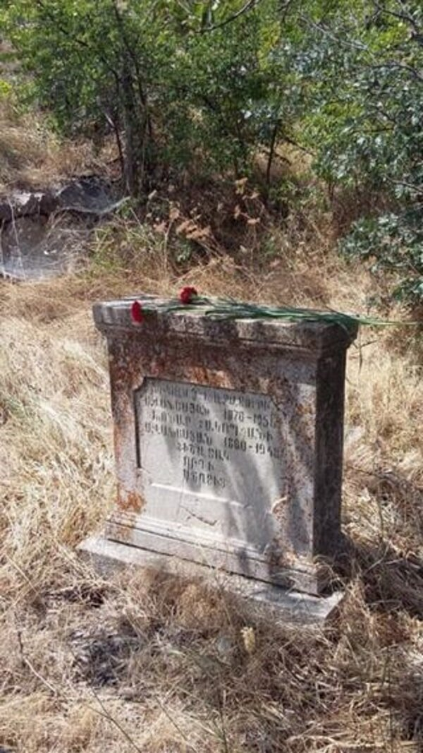 «Это наши памятники на кладбище. На них даты 1880-е и ранее»   Фото из семейного архива Милены Гаспарян