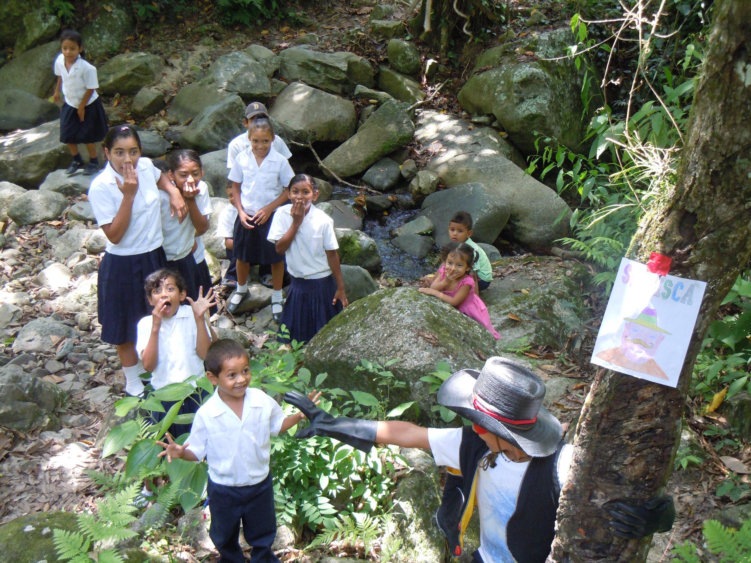 Bibliobandido citing in La Muralla, Honduras, 2008 Photo by Marisa Morán Jahn