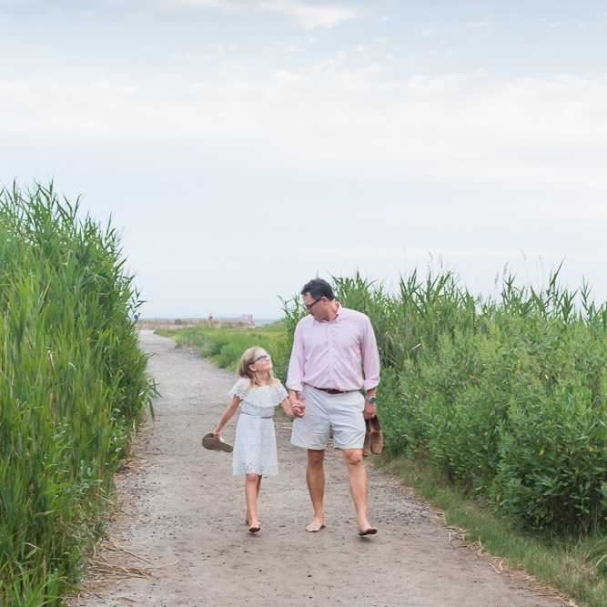sea green photography, cynthia ragona, beach photography, rhode island family photographer, father daughter holding hands seagrass