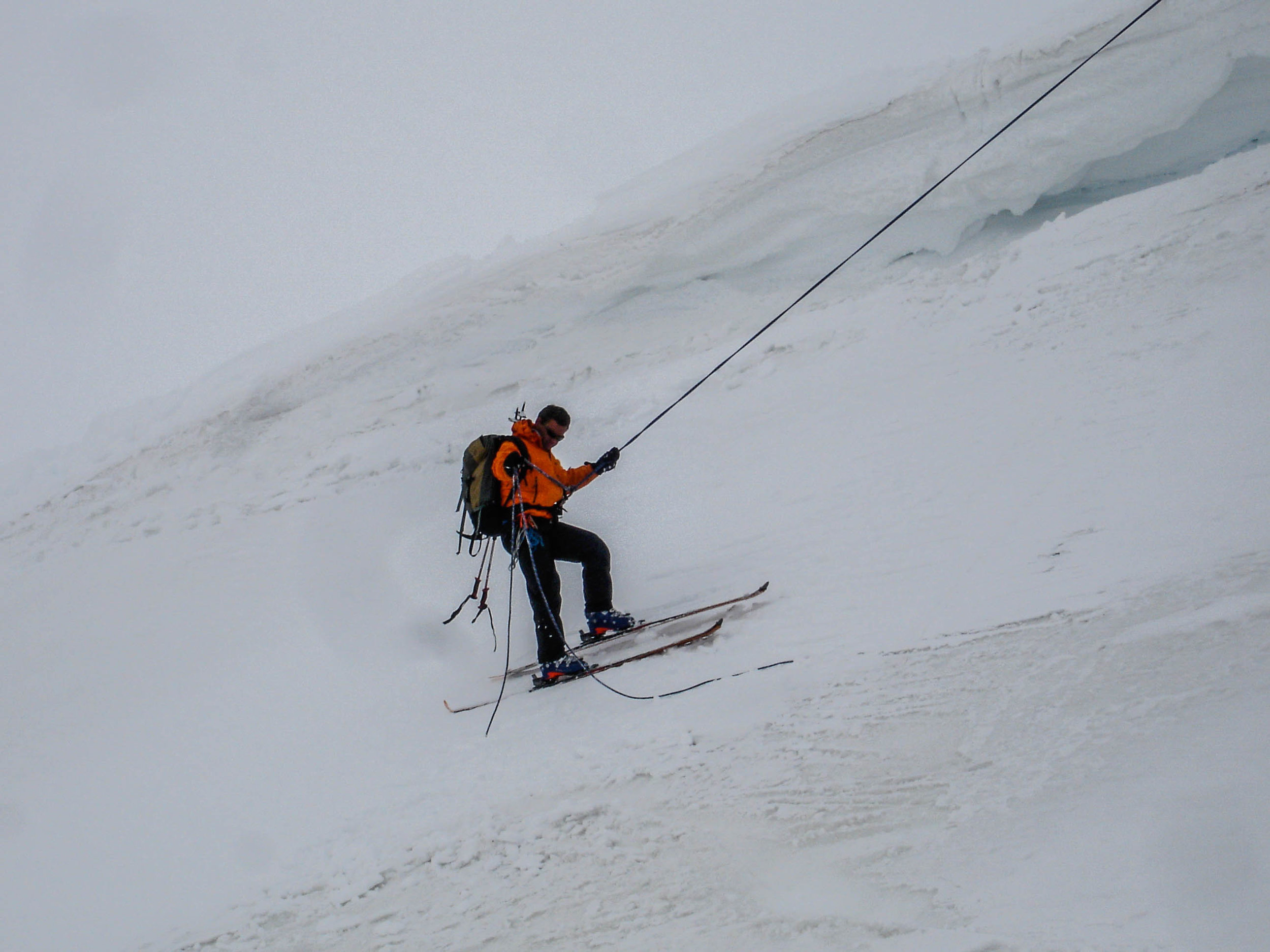 Rapelling with skis