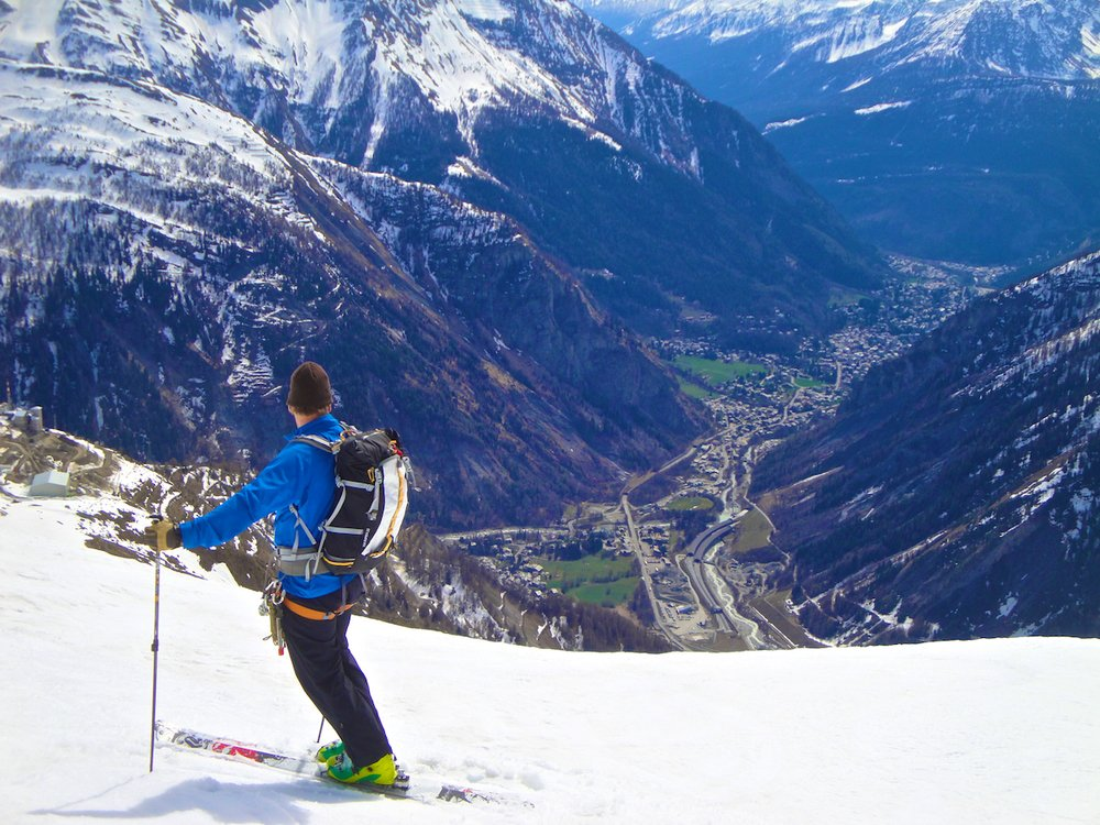 Skiing down into Courmeyer