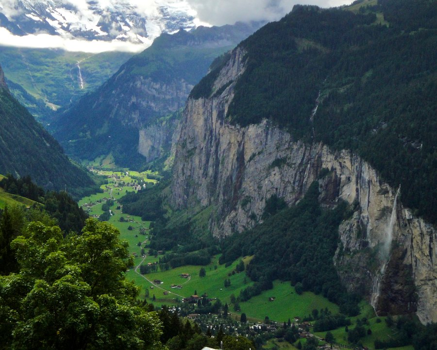 The Lauterbrunnen valley along the Berner trek