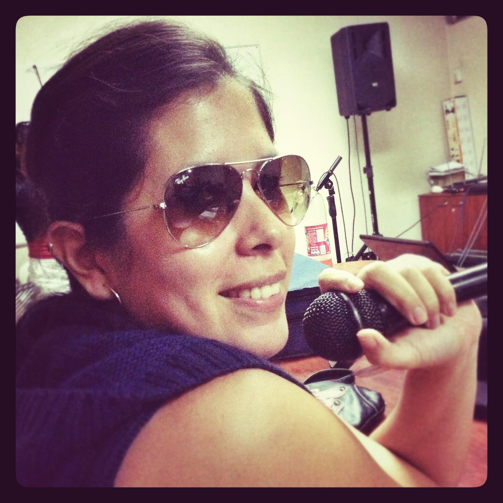 Sunglasses at night! y un micrófono