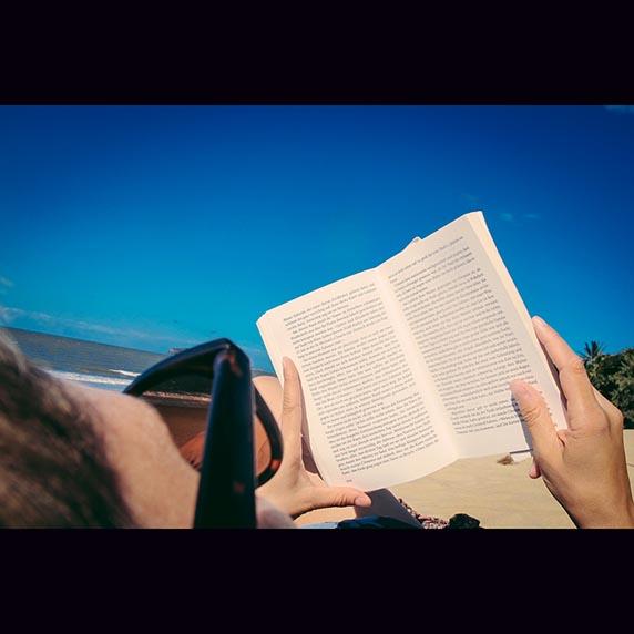 1eddy leyendo en playa