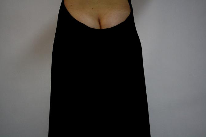 """""""Las culpas"""". Fotografía cámara digital, vestido de terciopelo negro con escote trasero. 40 x 50 cm. 2011"""