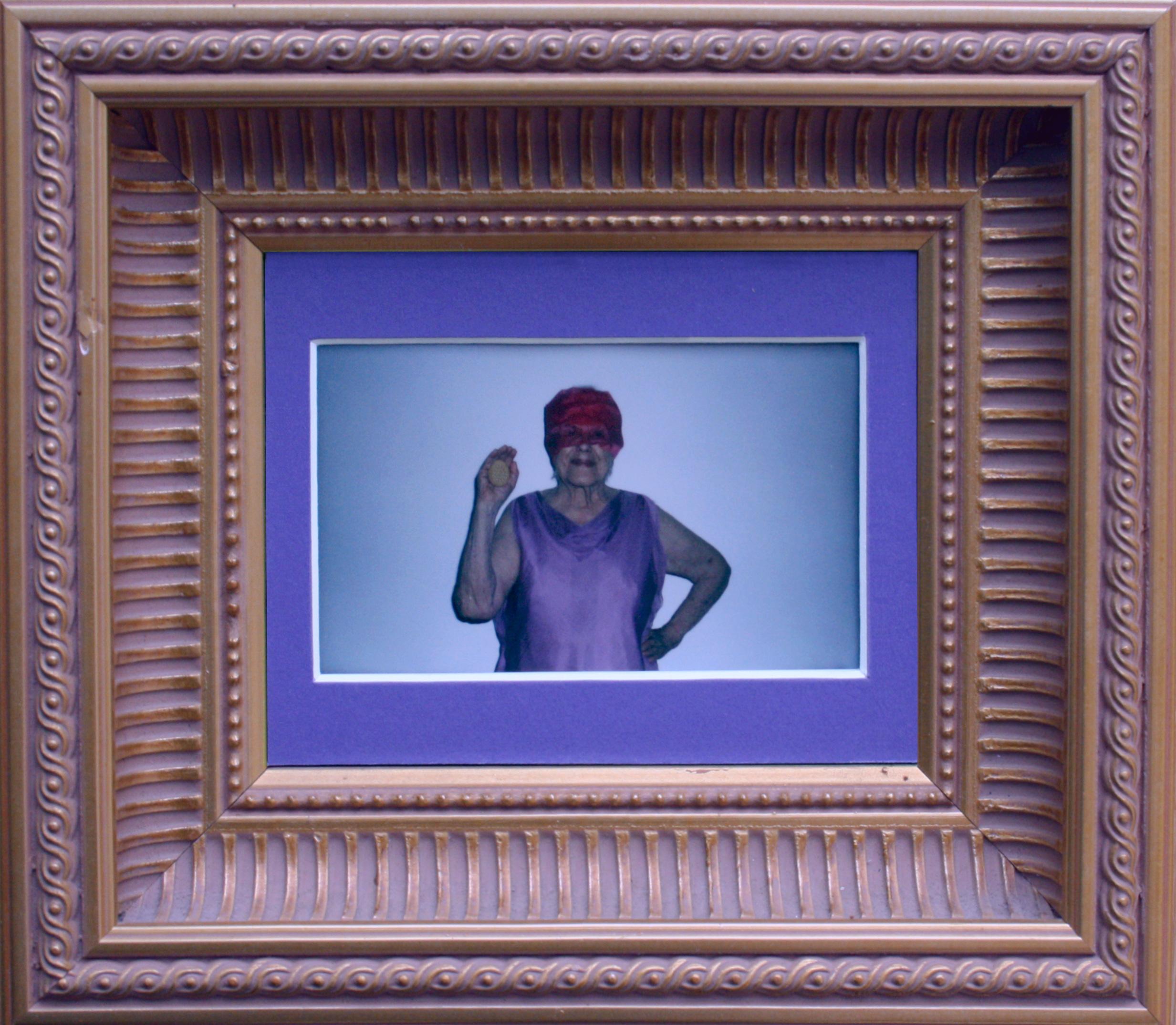 """""""Estrategias para conservarte. Retrato de la abuela con galleta María"""". Fotografía performativa, instantánea, marco dorado. 19,5 x 17 cm. 2014"""