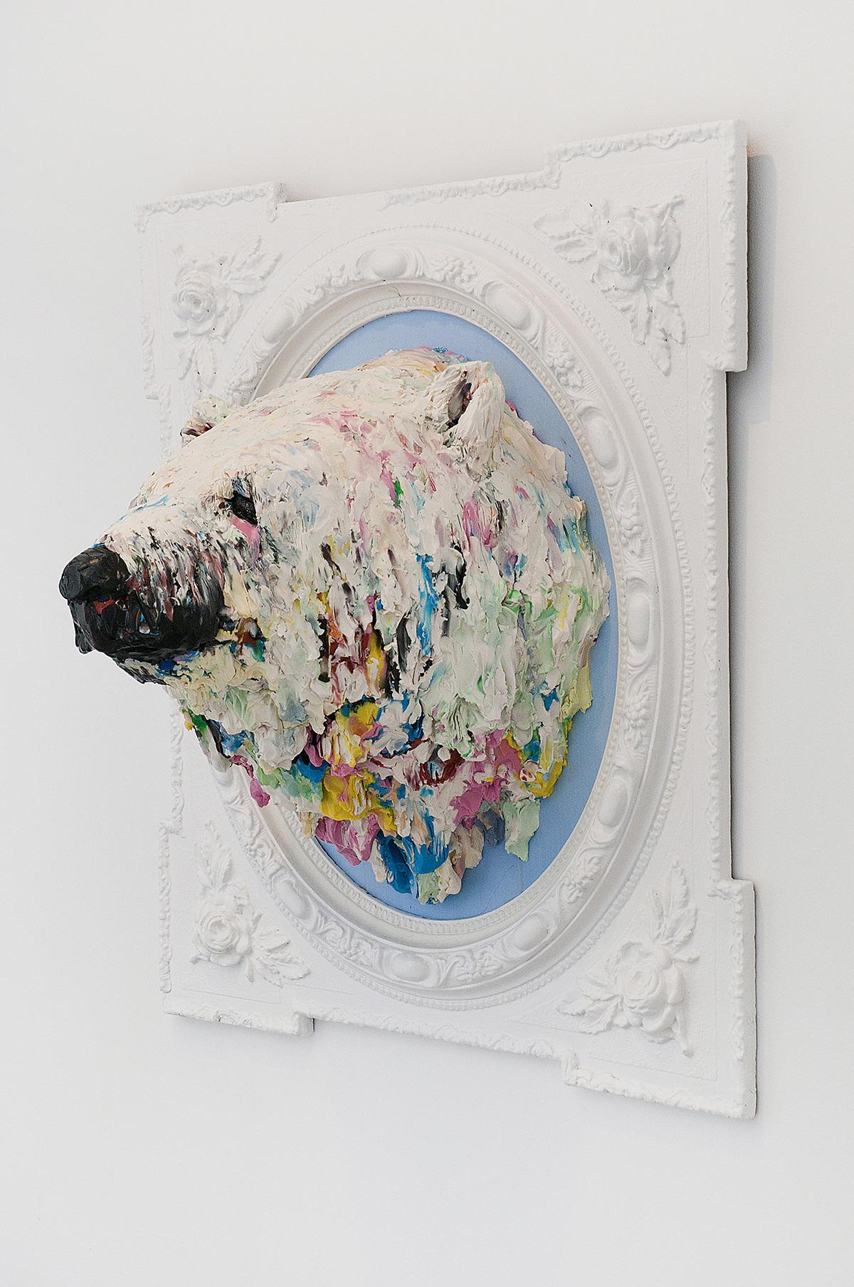 Cabeza de oso polar.  Plastilina sobre madera 80 x 95 x 45 cm, 2011